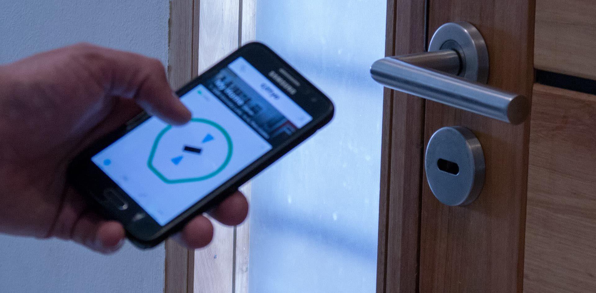 """Emprendedores de la UNC desarrollaron un """"llavero digital"""" que utiliza el celular para habilitar el ingreso a edificios"""