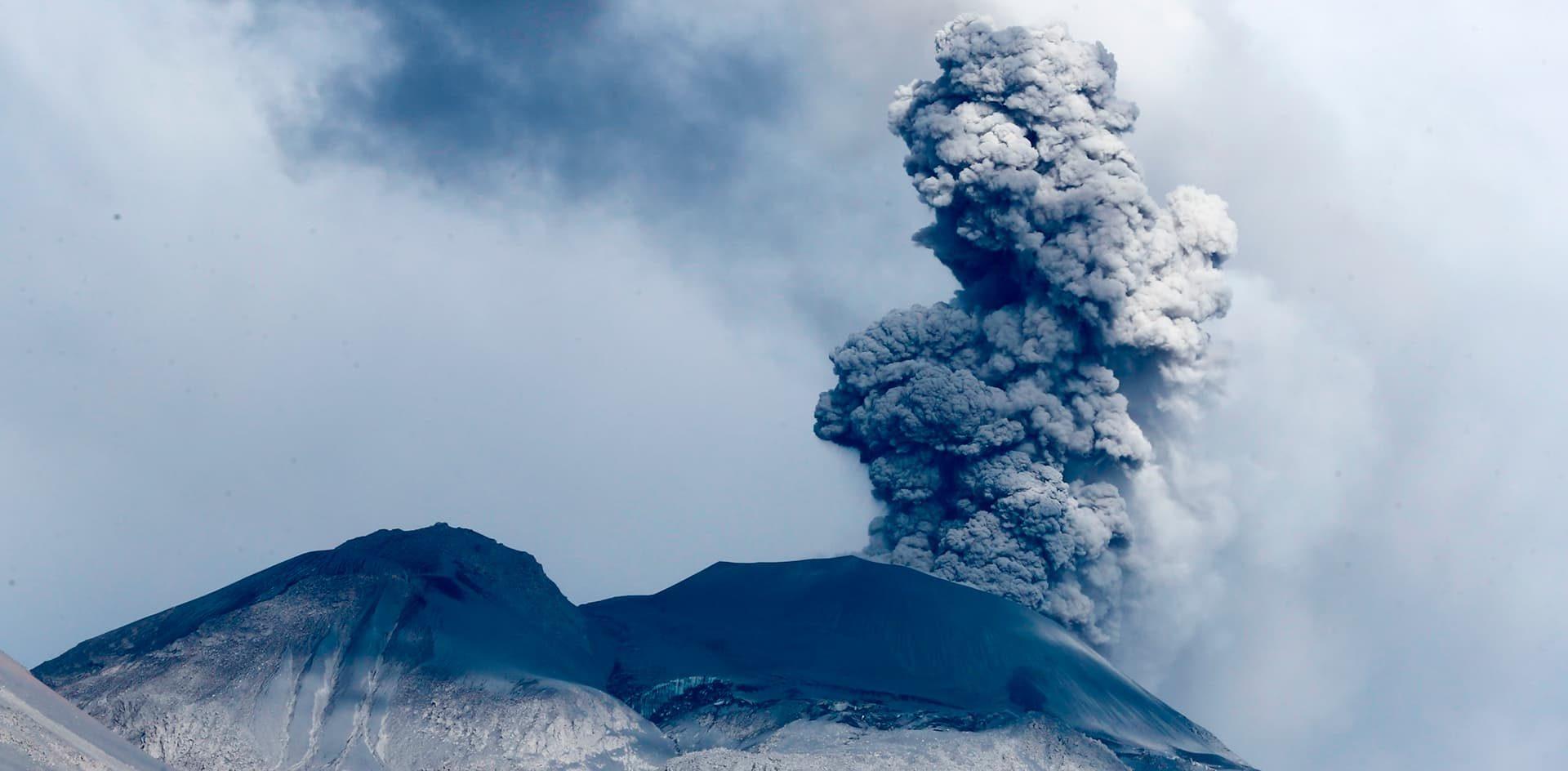 Desarrollan una plataforma que alerta sobre posibles erupciones volcánicas a partir de relámpagos