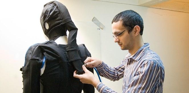 Idean un traje para ayudar a personas con problemas motrices de origen cerebral