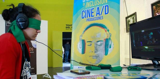 El desafío de incluir: adaptan cine para personas ciegas y sordas